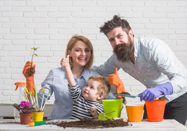 一緒にガーデニングをする家族を植える家族を植える花を植える家族の関係ガーデニングを発見する