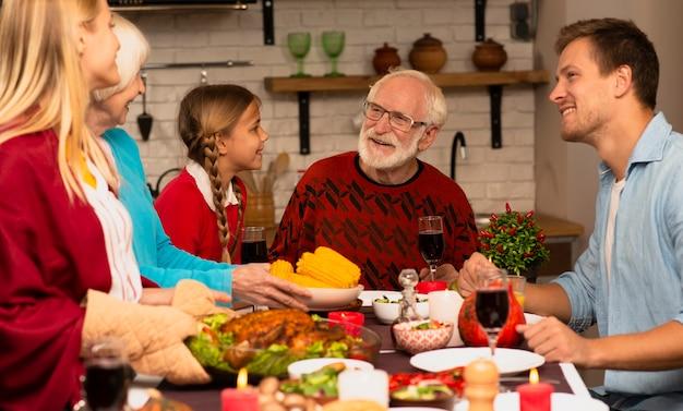 Семейные поколения общаются на кухне