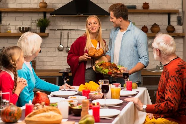 Семейные поколения смотрят на прекрасную пару
