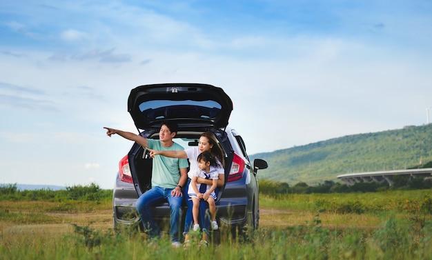 車に座っている家族と一緒にアジアのfamily.happy少女。車の保険の概念
