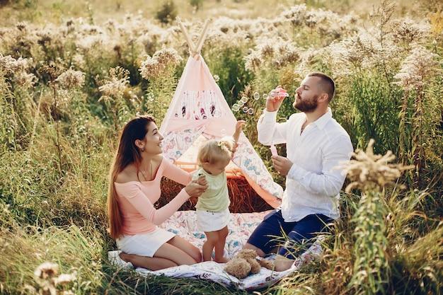 Семья веселится в парке