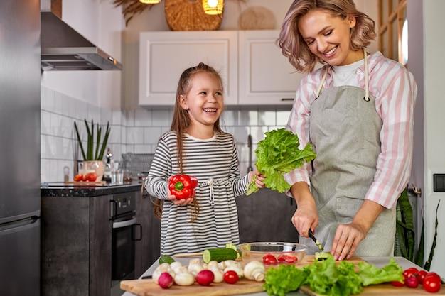 Семья развлекается, готовя на кухне