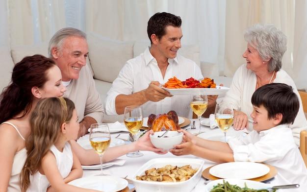 집에서 큰 저녁 식사를하는 가족
