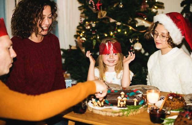 Семья с рождественским ужином