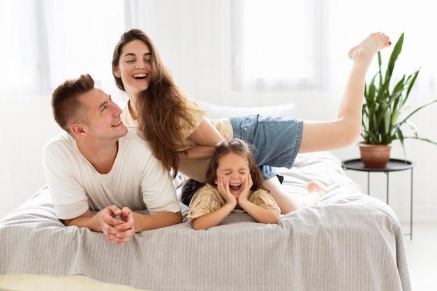 一緒にかわいいひとときを過ごす家族