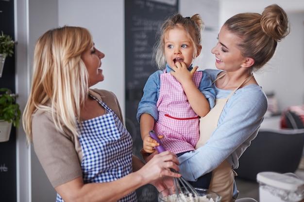 キッチンで楽しい時間を過ごしている家族