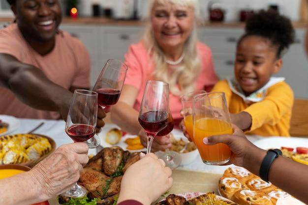 家族で一緒に素敵な感謝祭のディナーを