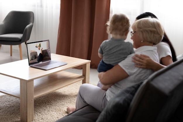 집에서 영상 통화를 하는 가족