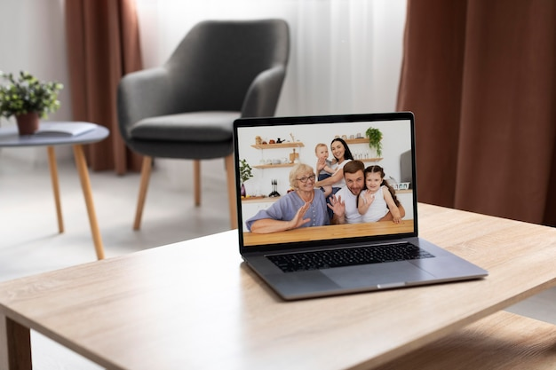 自宅でビデオ通話をしている家族