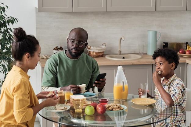 テーブルで朝食をとっている家族