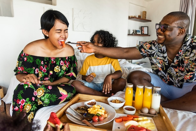 침대에서 아침 식사하는 가족