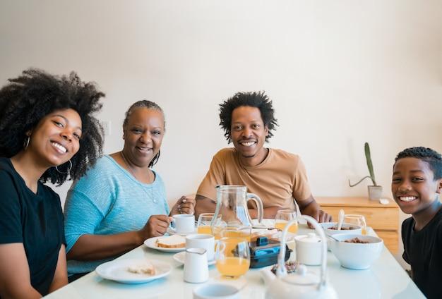 Семья завтракает вместе дома.