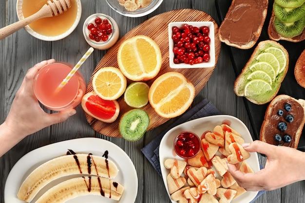 가족과 함께 테이블에서 아침을 먹고