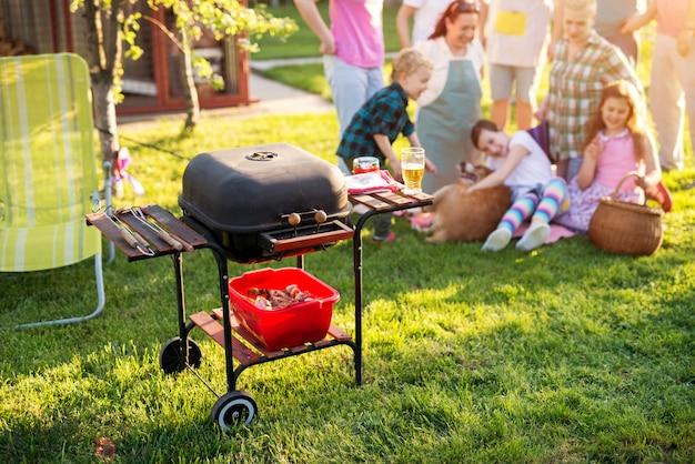 週末の裏庭で楽しんでいる家族。