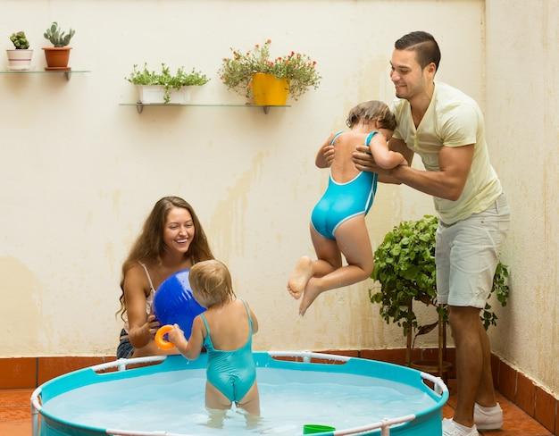 子供のプールで楽しい家族