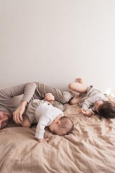 寝室で楽しんでいる家族
