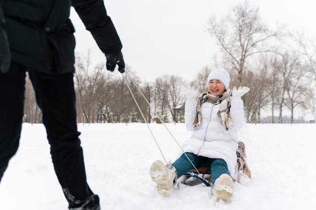 雪の中で楽しんでいる家族
