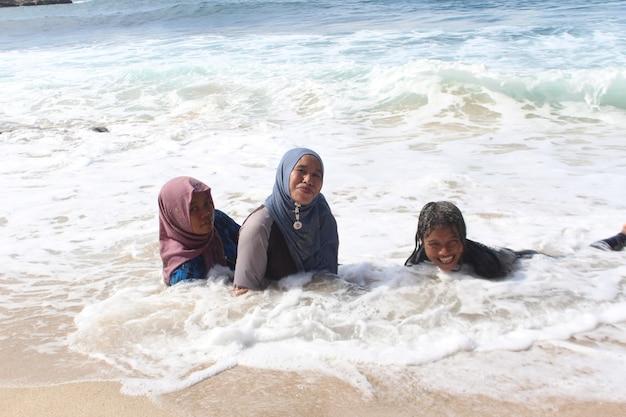 가족 해변에서 재미