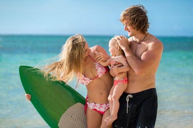 一緒にサーフィンを楽しんでいる家族、夏のライフスタイル