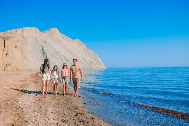 Семья весело вместе на пляже