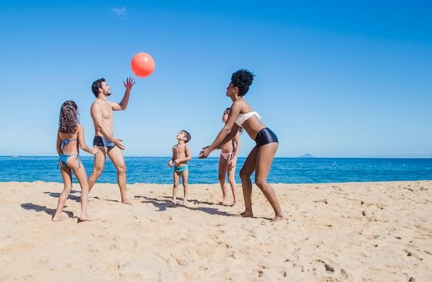 Famiglia divertente con una palla