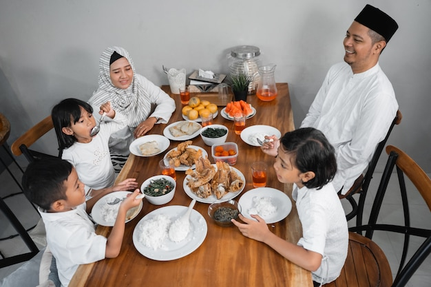 Семья, обедающая ифтар на рамадане