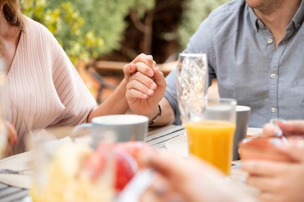 야외에서 함께 점심을 먹는 가족
