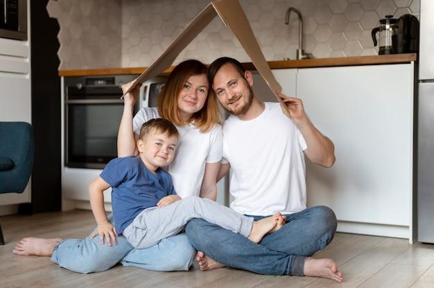 頭上に屋根を持っている家族