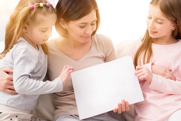 白紙の紙を持っている家族