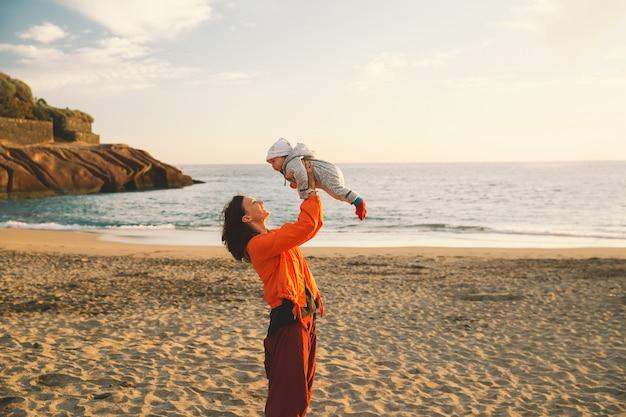 테네리페 스페인 유럽에서 가족 휴가 바다에 야외에서 엄마와 아기
