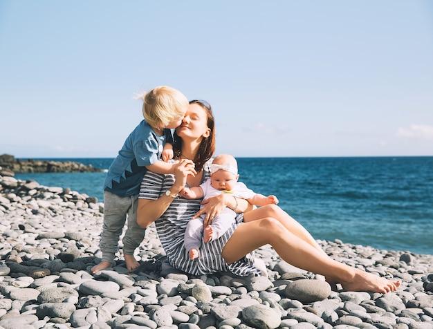 テネリフェ島スペインでの家族の休日子供と一緒に海のお母さんと屋外で子供を持つ母