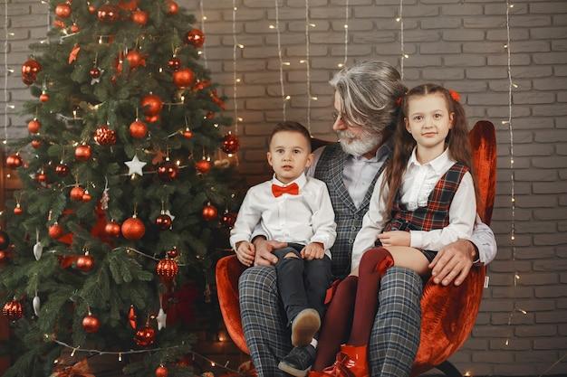 가족, 휴일, 세대, 크리스마스 및 사람들 개념. 크리스마스 장식 된 방에있는 아이들
