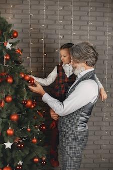 Семья, праздники, поколение, рождество и люди концепции. комната, украшенная на рождество