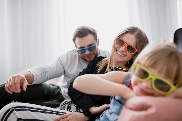 Семья в 3d-очках, глядя на камеру