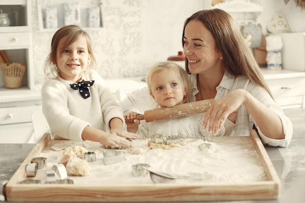 부엌에서 가족. 작은 딸과 함께 아름 다운 어머니입니다.