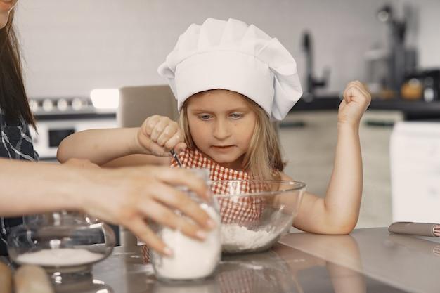 キッチンで家族がクッキーのために生地を調理する