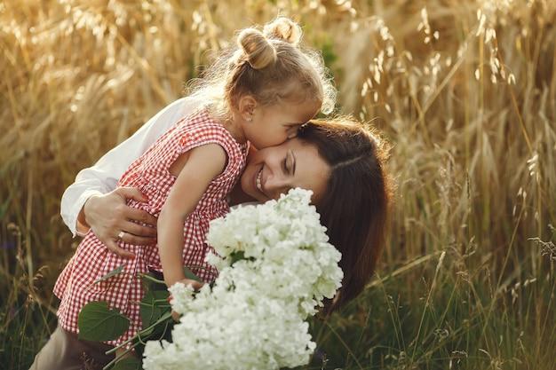 夏の畑で家族。官能的な写真。かわいい女の子。