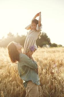 Семья в летнем поле. чувственное фото. милая маленькая девочка.