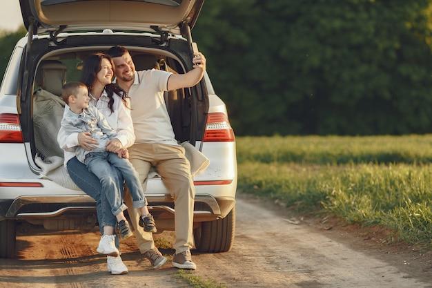 열린 트렁크로 여름 숲에서 가족