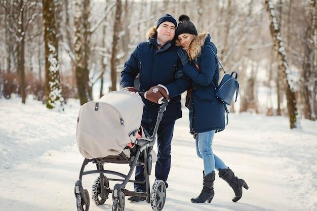 冬の公園で家族