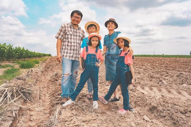 시골의 농업 농장에서 가족