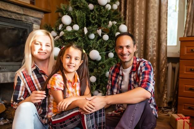 古い木造住宅の家族。美しいクリスマスの飾り。お祭り気分。クリスマス休暇。