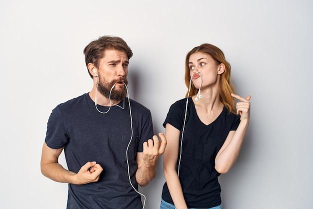黒のtシャツを着た家族が一緒に楽しい友情スタジオのライフスタイル