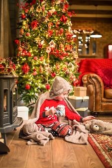 Семья в рождественских носках у камина