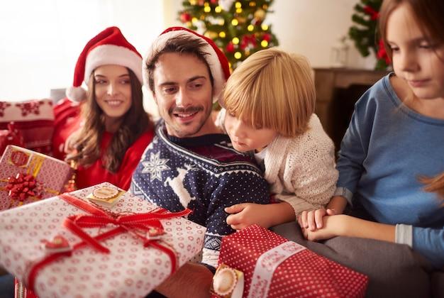 집에서 크리스마스 시간에 가족
