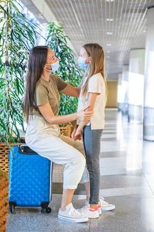 Семья в маске в международном аэропорту.