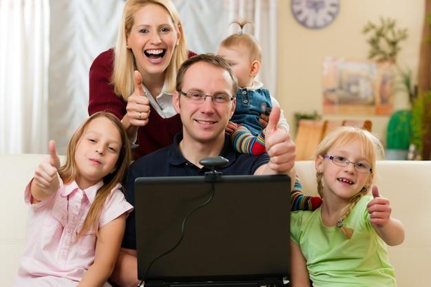 Семья перед компьютером с видео конференцией
