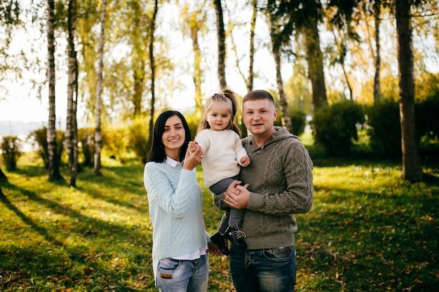 Семья в зеленой природе вместе