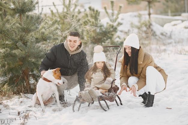 Семья в вязаных зимних шапках на отдыхе