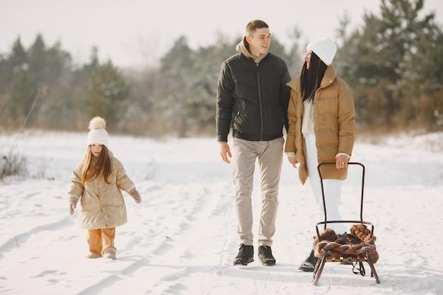 休暇中のニットの冬の帽子の家族